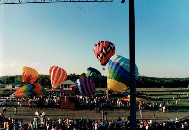 HotAirBalloon_BalloonsTakingOff_2
